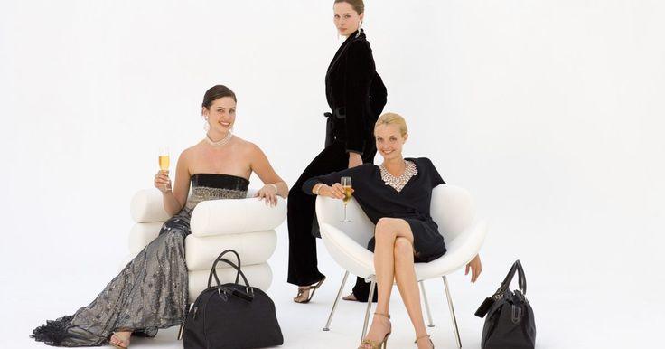 """¿La mujer debe usar un traje de fiesta para un evento de gala?. Por supuesto que las mujeres no deben usar un esmoquin para asistir a un evento de gala (black tie), ni tampoco es un culto de la moda que todos deban usar corbatas negras. Las palabras """"black tie"""" aparecen en la invitación para indicar el código de vestimenta apropiado para el evento. Quiere decir """"Tesoro, no te presentes con tus pantalones ..."""