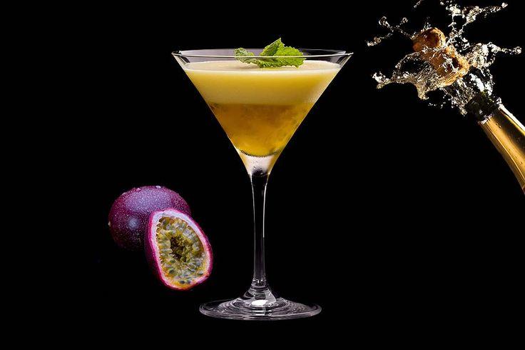 ¿Porn Star Martini? Un nombre un tanto llamativo, quizá era lo que iba buscando su creador Douglas Ankrah del Lab de Londres. Este cóctel contemporáneo ya se ha convertido en uno de los más famosos, ya sea por su nombre, por que se sirve un chupito de champagne con él o porque simplemente sea excelente. INGREDIENTES: –50 ml de vodka (si es infusionado con vainilla mejor) – 20 ml de licor de fruta de la pasión – 10 ml de