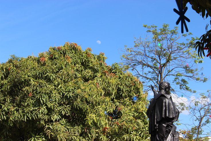 Foto escultura Simón Bolivar con luna de día.
