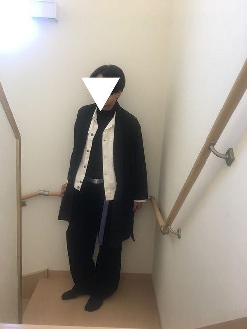 トップスは羽織りとホワイトデニムジャケットとタートルネックのカットソーです ボトムスはコーデュロイパ