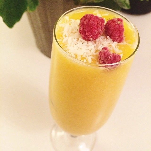 smoothie- banan, mango, ananas och kokosvatten