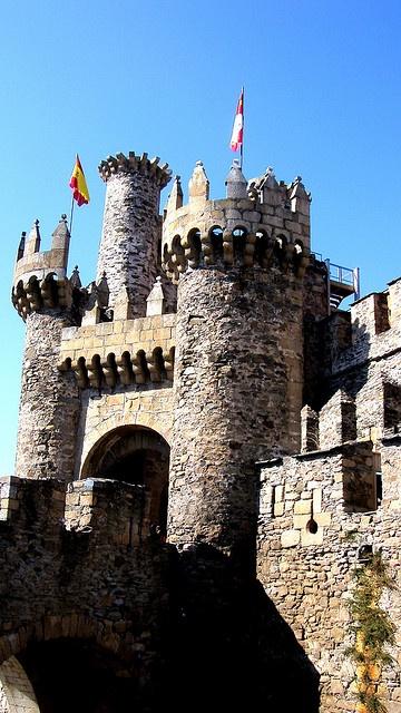 Castillo de Ponferrada - Spain - El castillo templario de Ponferrada, se encuentra en la ciudad de Ponferrada, comarca de El Bierzo, Provincia de León, Comunidad Autónoma de Castilla y León, España se sitúa sobre una colina en la confluencia de los ríos Boeza y Sil.