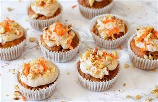 Nog een weekje en dan staan de paasdagen voor de deur! Wat staat er nou leuker op de tafel dan deze oranje gekleurde carrotcake muffins? Het mooiste van deze muffins is dat ze ook nog eens gezond zijn en dat het mogelijk is om een vegan variant te maken.