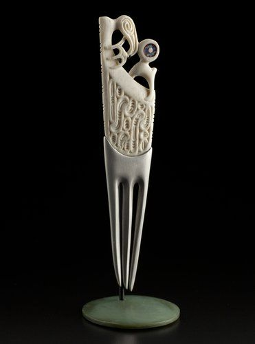 Ceremonial Comb • Heru by Lewis Tamihana Gardiner, Māori artist (KX121012)