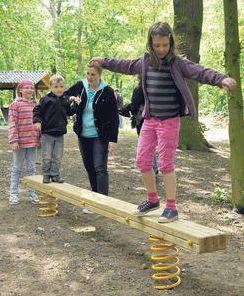 Viga / madero / tronco temblando                               con muelles elásticos en Parensen, región                               de Goettingen, Alemania
