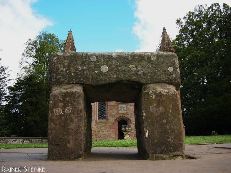 Der Krönungsstein der schottischen Könige der Stein von Scone (GB).  Gleich neben dem Schloß Scone Palace auf einem kleinen Hügel dem Moot Hill steht der Nachbau des berühmten schottischen Krönungssteins der Stone of Scone. Auf diesem Stein wurden bis 1296 alle schottisch-piktischen Könige gekrönt der erste König des vereinigten Schottland und 36. König von Dalriada brachte ihn über Argyll nach Scone.  Der Stein von Scone (Stone of Scone) ist auch unter den Namen Coronation Stone…