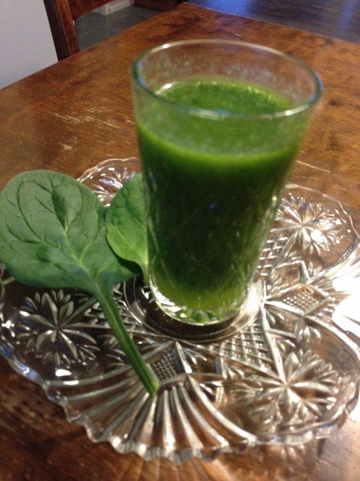 Green smoothie - delicious and healthy. Terveyssmoothie; lehtisalaattia, pinaattia, kiiviä, luomuomenamehua, avocadoa, sitruunamehua, hunajaa ja ripaus inkivääriä.
