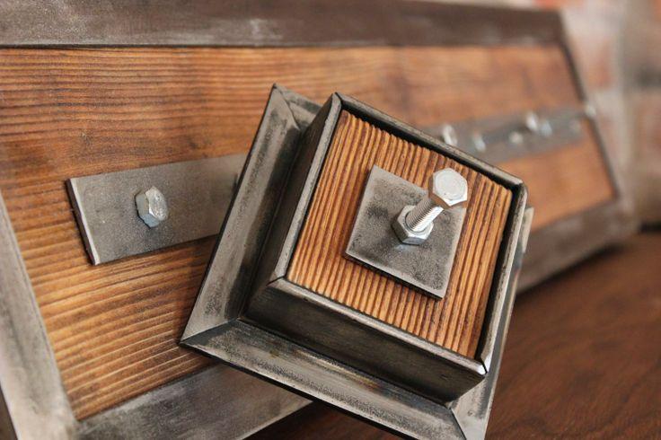 Wieszak Bolt urzeka prostotą i elegancją, którą podkreślają: ręcznie szczotkowane drewno i szlifowany metalowy kątownik.