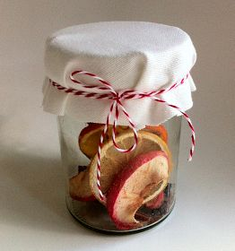 Un petit cadeau fait maison et qui sent bon: le pot pourri à faire mijoter. A Do-It-Yourself gift that smells good: a simmer potpourri. ...