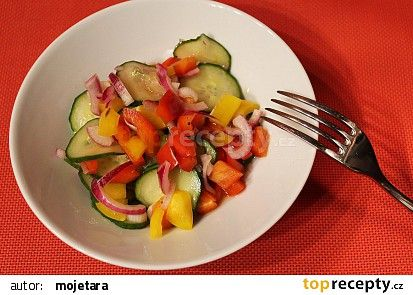 Rychlý okurkový salát s paprikami