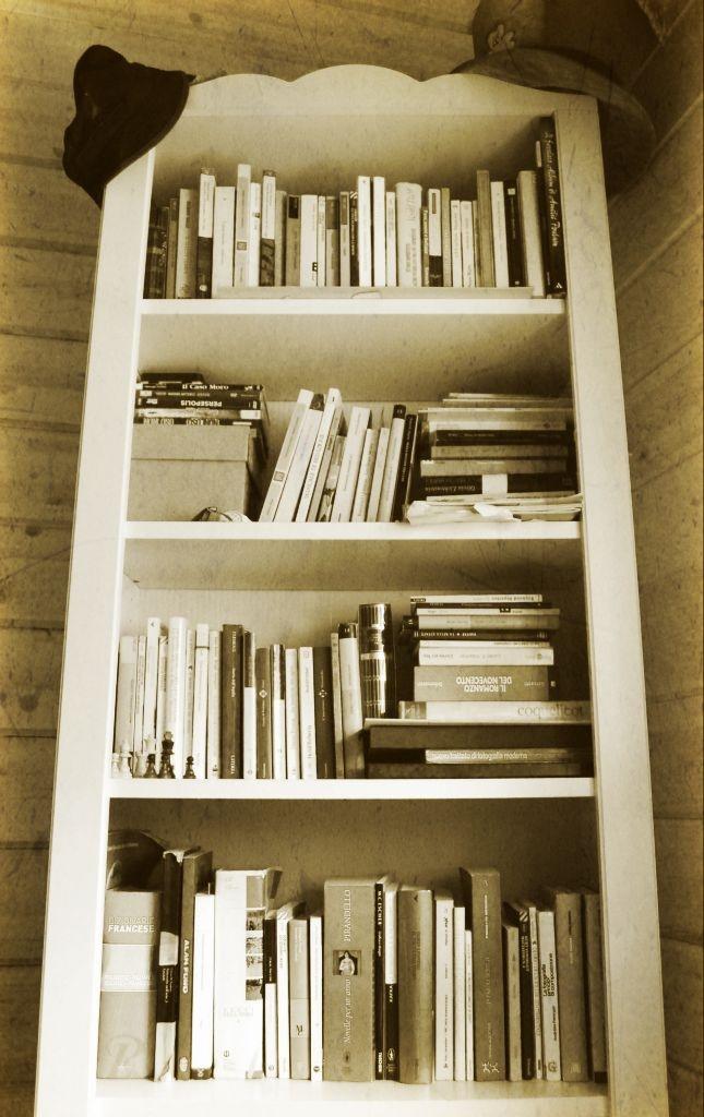 Libreria Ikea, libri in tutte le direzioni e due cappelli, uno da strega e uno da giorno di san patrizio, il tutto immortalato in un'immagine di quelle che in Abruzzo, dove la nostra Eleonora vive, se ne trovano sempre, frugando nei cassetti!