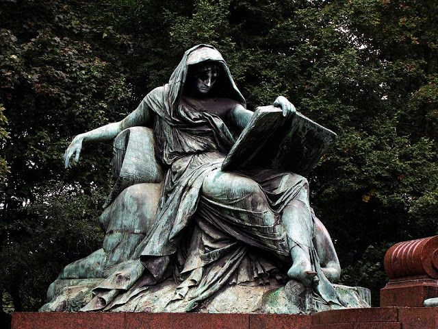 Σίβυλλα διαβάζει το βιβλίο της ιστορίας  Ράινχολντ Μπέγκας (1831-1911) Μνημείο Μπίσμαρκ στο Βερολίνο