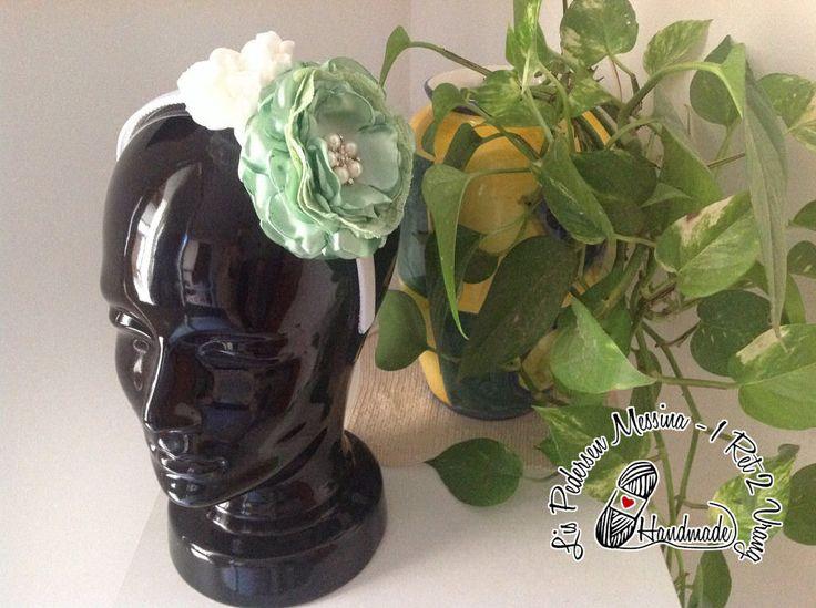 Cerchietto per capelli con grandi fiori in raso verde e bianco : Accessori per capelli di 1ret2vrang