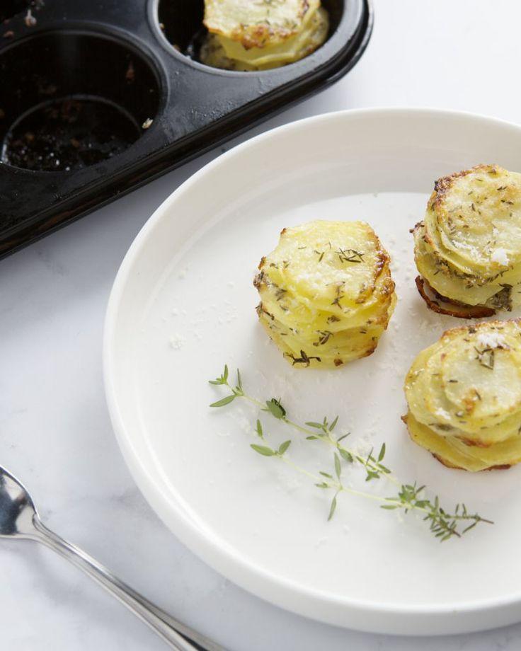 Deze lekkere torentjes van aardappelschijfjes met parmezaan zijn ideaal als hapje of bijgerecht. Heerlijk gekruid en krokant gebakken in de oven.