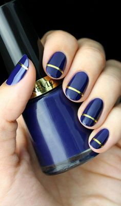edles nageldesign in dunkelblau mit goldenen streifen. fingernägel bilder schlichte nägel blau goldstreife