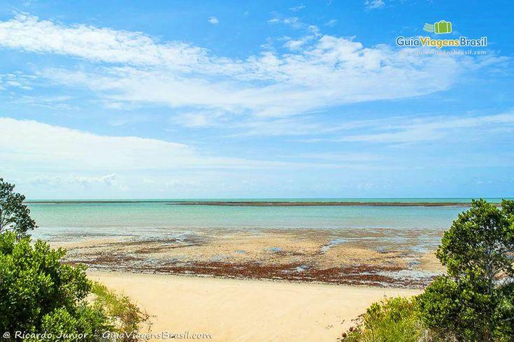 A Praia do Mutá é a última ao norte de Porto Seguro e, por ser distante do centro, é pouco movimentada, ideal para quem procura sossego e tranquilidade. Planeje sua viagem a região > http://www.guiaviagensbrasil.com/blog/guia-completo-de-porto-seguro-e-arredores/