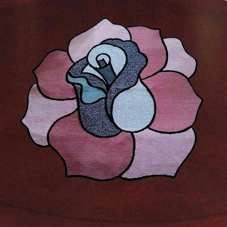 Τριαντάφυλλο.Γραμμικό σε καμβα Νο 8 σχεδιασμένο με το χέρι.Αφου το κεντήσετε σταυροβελονιά και με χάντρες,κατόπιν το κόβετε ακριβώς εκει που τελειώνει το τριαντάφυλλο. Ετσι θα έχετε ενα εντυπωσιακό λουλούδι πανω στο τραπέζι σας.Τιμή 16,50