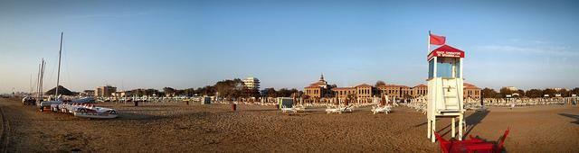 Bellariva vista dalla spiaggia. Sullo sfondo si può osservare l'ex colonia Murri, costruita nel periodo fascista per accogliere bambini provenienti da tutta Italia durante il periodo estivo.