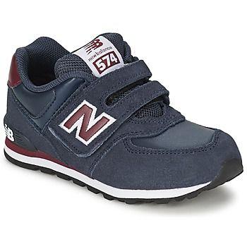 Als beliebtester #Schuh der Stadt ist der Sneaker von New Balance auch bei den Jüngsten beliebt. Mit seinem Schaft aus Leder in der Farbe blau vereint er Komfort und Stil. Der Kv574 hat ein Futter aus Textil. Die Innensohle ist aus Textil und die Laufsohle besteht aus Synthetik. Die Kinder werden diesen Schuh lieben!  Preis: 49,99 €