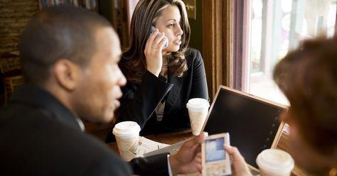 Cómo incrementar la señal de un teléfono celular. Aunque ha habido un gran avance en la tecnología de los teléfonos celulares, nunca parece haber un remedio para las zonas sin señal y la mala recepción. De todos modos, hay muchas soluciones para aumentar la señal del teléfono, ya sea en tu casa o en cualquier otro lugar. Estas soluciones incluyen utilizar la tecnología Wi-Fi, comprar un ...