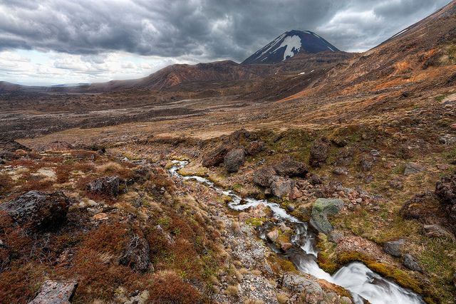 海外旅行世界遺産 ナウルホエ山 ニュージーランドの絶景写真画像ランキング  ニュージーランドこの山はまるで富士山のような稜線を持っています。山の標高は2,291mの高さがあります。トンガリロ国立公園に含まれるルアペフ山の2,797mに次いで標高を誇っています。ルアペフ山・トンガリロ山と共に1993年にユネスコ複合遺産に認定されています。
