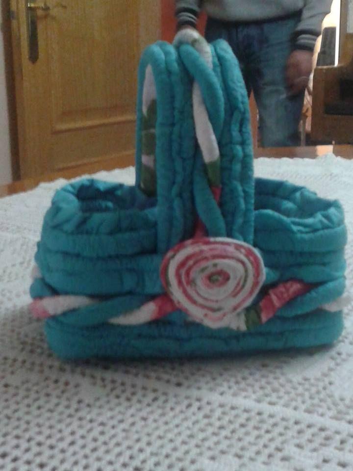 esta cesta,hecha de servilletas de papel,las hace mi amiga Mila...tambien hace muñecas vestidas con servilletas,con todos sus adornos....y tambien se venden!!! precios muyyy baratitos..y de encargo.