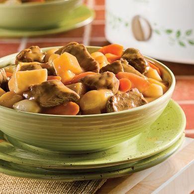 Sur la cuisinière ou à la mijoteuse, c'est comme vous voulez! Cuisson à la cuisinière : Commencez la préparation selon la méthode présentée ci-contre en utilisant une casserole au lieu d'une poêle. Dès que les cubes de boeuf et les oignons sont dorés, ajoutez les carottes et le rutabaga. Saupoudrez de farine et remuez. Versez 500 ml (2 tasses) de bouillon et le reste des ingrédients à l'exception des pommes de terre. Faites cuire à feu doux 30 minutes. Ajoutez les pommes de...