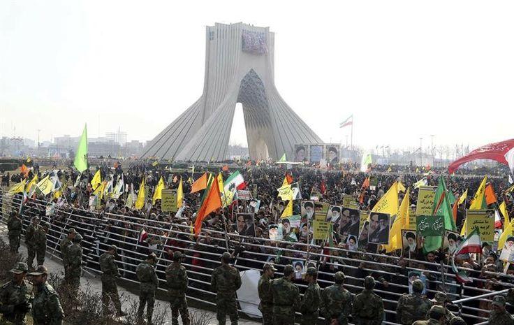 Milhares de iranianos vão às ruas da capital Teerã para participar de passeata em comemoração ao 35º aniversário da Revolução Islâmica de 1979 no país - http://epoca.globo.com/tempo/fotos/2014/02/fotos-do-dia-11-de-fevereiro-de-2014.html (Foto: EFE/Abedin Taherkenareh)