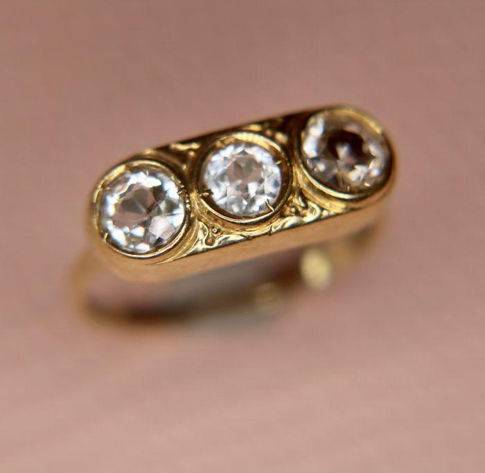 14Kt gouden vintage ring met 3 natuurlijke Topaz [ca. 100] op een compacte hoofd.  Elegante vintage 14Kt gouden ring met 3 natuurlijke Topaz in licht blauwe kleur (de behandeling is onbekend).Goud: 585/HallmarkedTopaz: 4.9mm x3pcs (1.03 ct) - clear - Brilliant cut - behandeling onbekendRing van grootte: 181 mmHoofd ring: 18.7x7.5mmGewicht: 2.7grOorsprong: DuitslandVoorwaarde: Er zijn geen krassen op de edelstenen ze zijn in uitstekende conditie de ring is ook in een zeer goeie. Gelieve de…