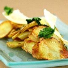 Pommes salardaises. Snijd de geschilde aardappelen in fijne schijfjes. Bak ze krokant in druivenpitolie en breng ze op smaak met peper en zout. Strooi er de Parmezaanse kaaskrullen over. Werk af met de blaadjes platte peterselie.
