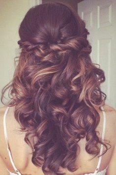 Halb offen und halb fixiert - Frisur mit leichten Locken | Frisuren ... | Frauen Haare |