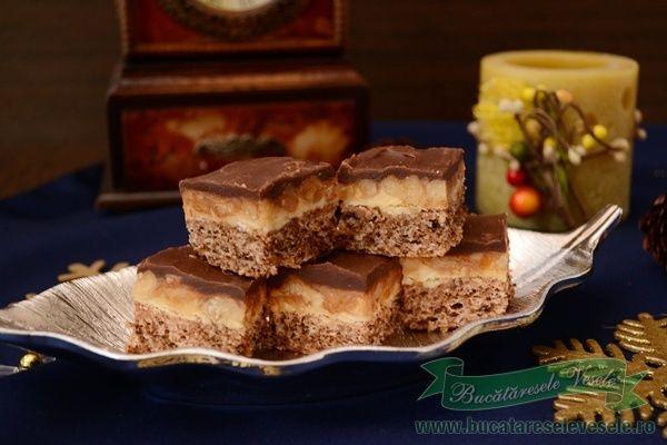 Prajitura cu nuci si crema caramel- Snickers Nuca, caramel si ciocolata -reusita combinatie, zic eu !!O sa spuneti ca e bomba calorica, de acord cu voi, dar nu trebuie sa mancati toata tava . O bucatica e deajuns, de altfel nici nu cred ca poti manca mai mult Dar e buna rau, pe cuvant!! Blat
