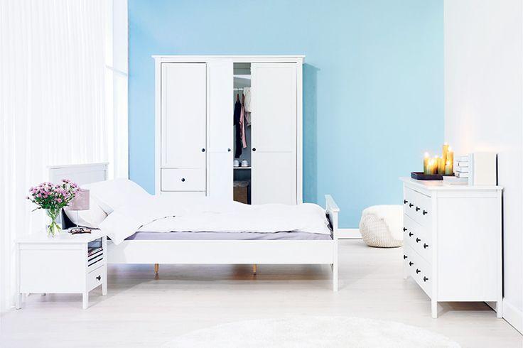 Un dormitor matrimonial care invită la liniște și relaxare, mobilat cu piese albe din gama AULUM. Vezi mai multe propuneri de camere cu mobilier AULUM pe blogul JYSK!