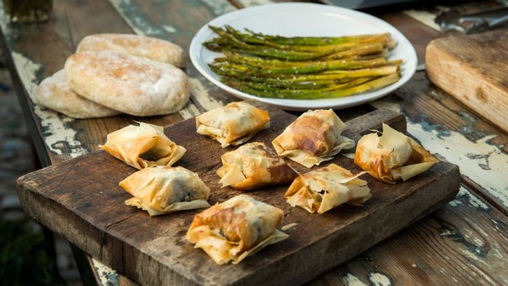 Paquetitos de morcilla y espárragos al horno - Receta - Canal Cocina