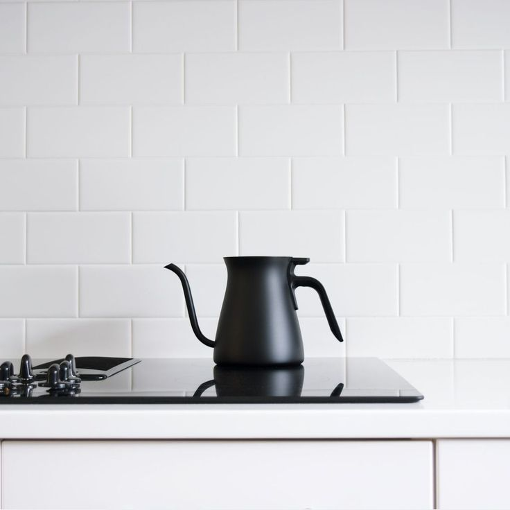 The Pour Over Kettle from Kinto gives you precise control over the speed of water. Thanks to its gently curved gooseneck spout. This is helpful when saturating your coffee beans or tea. And its smooth, stainless steel matte surface is hand-polished by skilled craftsmen.