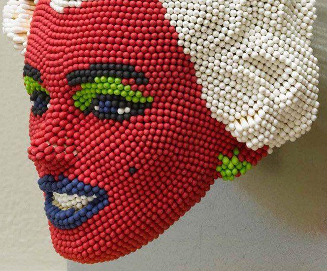 O artista David Match criou um projeto de esculturas de rostos famosos usando palitos de fósforo. Só isso já seria legal, mas depois da escultura finalizada o artista botou fogo em tudo e registrou esse momento. Demais.
