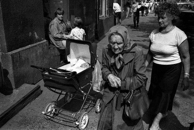 1989 rok. Warszawa, Ochota. Przechodnie na ulicy Grójeckiej
