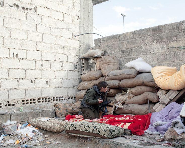 Una combattente dell'Unità di protezione popolare (Ypg) sulla linea del fronte meridionale a Kobane, Siria, dicembre 2014. Lo Ypg è un gruppo armato curdo che combatte contro il governo siriano. - (Lorenzo Meloni)