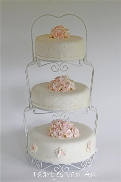 Deze stijlvolle taart mocht ik maken voor Remco en Nicole. De taart is ook nu weer in overleg met het bruidspaar samengesteld. Wit met parelmoer en een vleugje roze.Ook de smaken: - bovenste taart: pralinecreme en Nutella- middelste taart: frambozencreme en lemon curd- onderste taart: kersenvlaaivulling en witte chocoladecreme