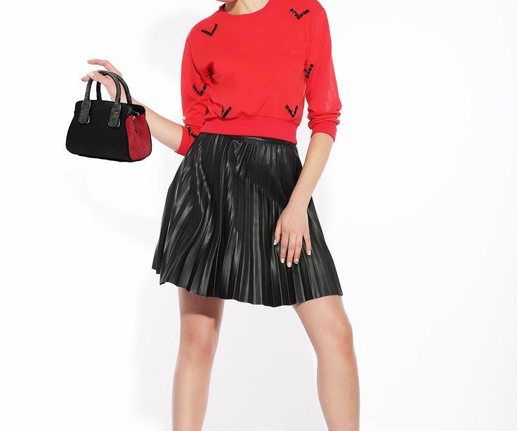 Mini Τσάντα ώμου – χειρός, μαύρο – κόκκινο με γκρι σκούρα χερούλια.  Νεανικό μοντέρνο σχέδιο που ταιριάζει με όλα. Τιμή έκπτωσης 22,00€