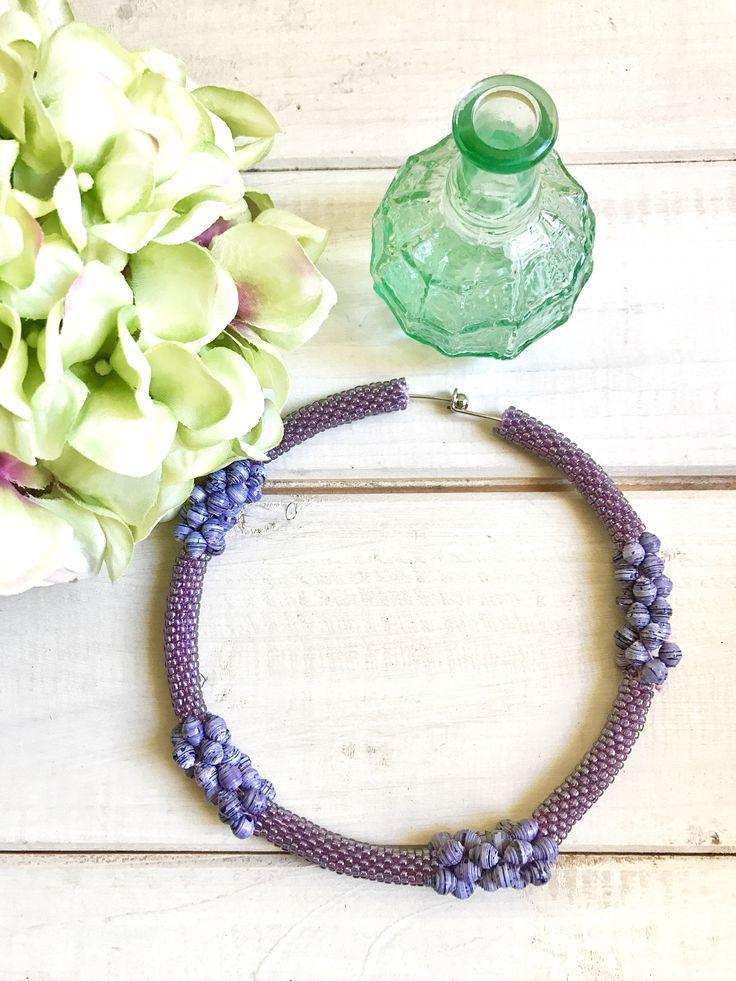 Girocollo in acciaio ricoperto con perline giapponesi lilla e perline di carta riciclata viola, regalo per lei, gioielli artigianali di YouFeelGoodToday su Etsy https://www.etsy.com/it/listing/539695343/girocollo-in-acciaio-ricoperto-con