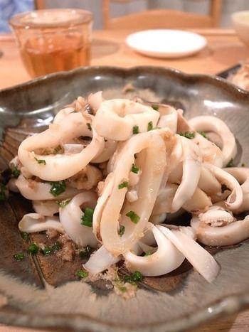 やはり日本酒プラスグルメの王道と言ったら、イカ焼きではないでしょうか。こちらのレシピは、生姜醤油であえてあるので、しっかりと味がして、日本酒との相性もバッチリです。少し辛口な日本酒と合わせてみませんか。