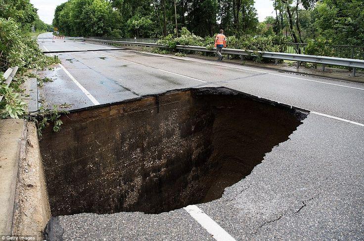 Danger: The heavy floods caused a huge road collapse inUntertuerken…