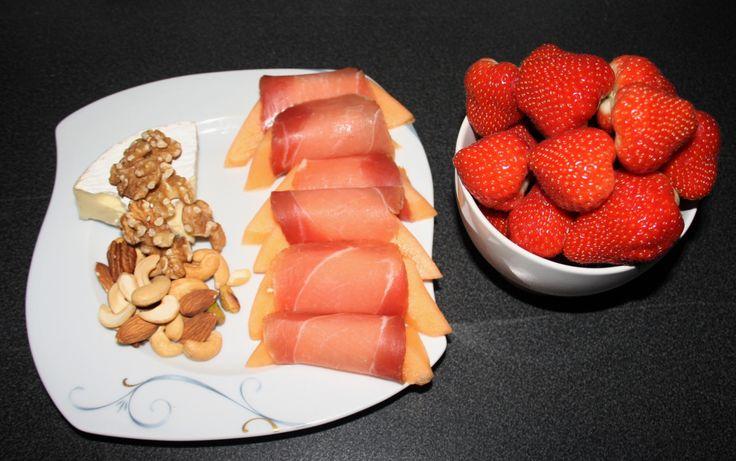 """Her er en ny post i serien """"må det være så avansert?"""", en enkel kveldsmat med sunt fett, proteiner og vitaminer og mineraler! Brie, usaltede og naturlige nøtter, melon med spekeskinke o…"""
