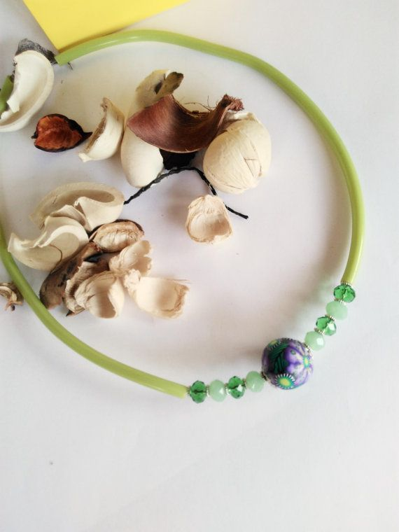 Questa simpatica collana è adattissima alla stagione estiva! Realizzata a mano, con girocollo in caucciù che la rende moderna, spiritosa e
