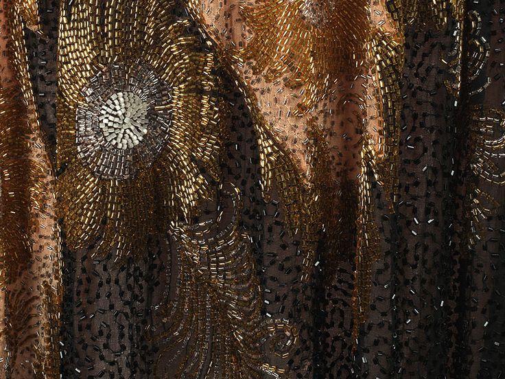 Платье-туника из розового полотна, декорированное цветочным узором из цветного бисера и вышивкой, имитирующей пояс с бантом. Деталь. Англия, 1920-е