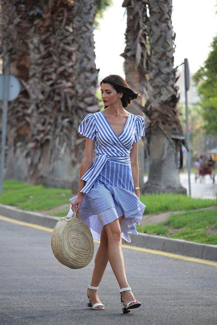Falda asimétrica de volantes y rayas azules. Total look de rayas