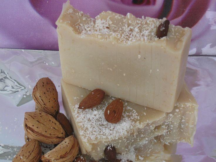 """MÝDLO """" RAFAELO"""" NA KOKOSOVÉM MLECE Ráda bych Vám představila jedinečné přírodní krémové mýdlo svelkým obsahem kokosového mléka, vyrobené metodou za studena zvysoce hodnotných olejů. Kokosové mléko podporuje rychlou regeneraci pokožky, zanechává ji svěží a sametovou . Čistí a má tonizující efekt Vyživuje pokožku důležitými proteiny a vitamíny. Dělá ..."""