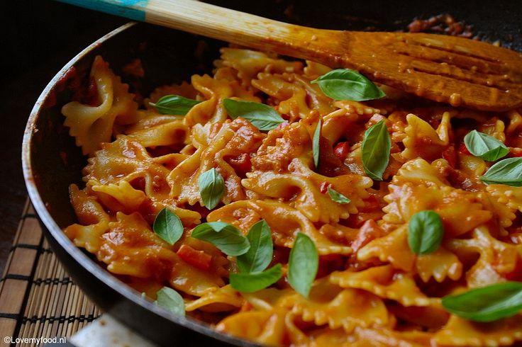 Ik hou vooral van romige pasta sauzen. Deze versie met room en wodka is er eentje om je vingers bij af te likken! Lang geleden heb ik pastasaus met wodka