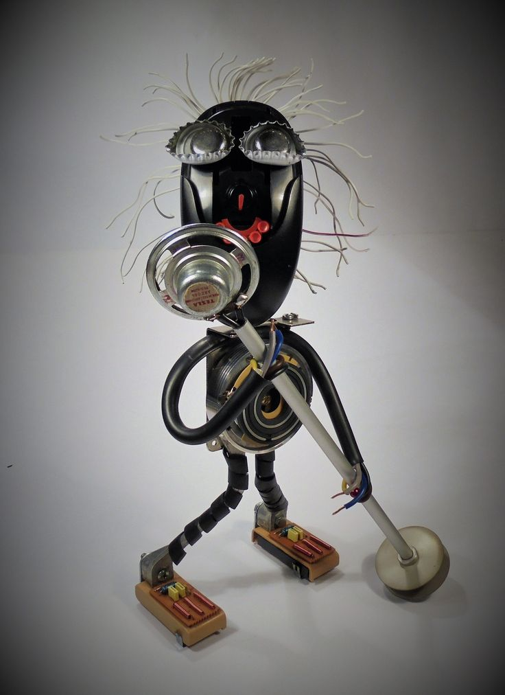 """Black+singer+Výška+30+cm+(PC+myš,+ploché+vodiče,+reproduktor,+Al+trubička,+různé+části+z+vyřazeného+videa+VHS,+kapsle+do+koltu,+kovové+díly,+šroubky,+matičky+atd.)+Postavička+černošského+zpěváka,+který+svírá+v+rukou+mikrofon.+""""Je+to+jako+kdyby+k+vám+skrze+ducha+Jamese+Browna+promlouval+Bůh+a+vy+se+nedokážete+rozhodnout,+jestli+padnout+na+kolena+nebo+tančit.+Těžko..."""